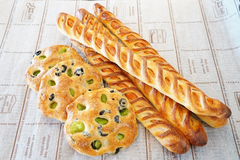 <本店>そら豆とオリーブのパン・チョリソーバゲット